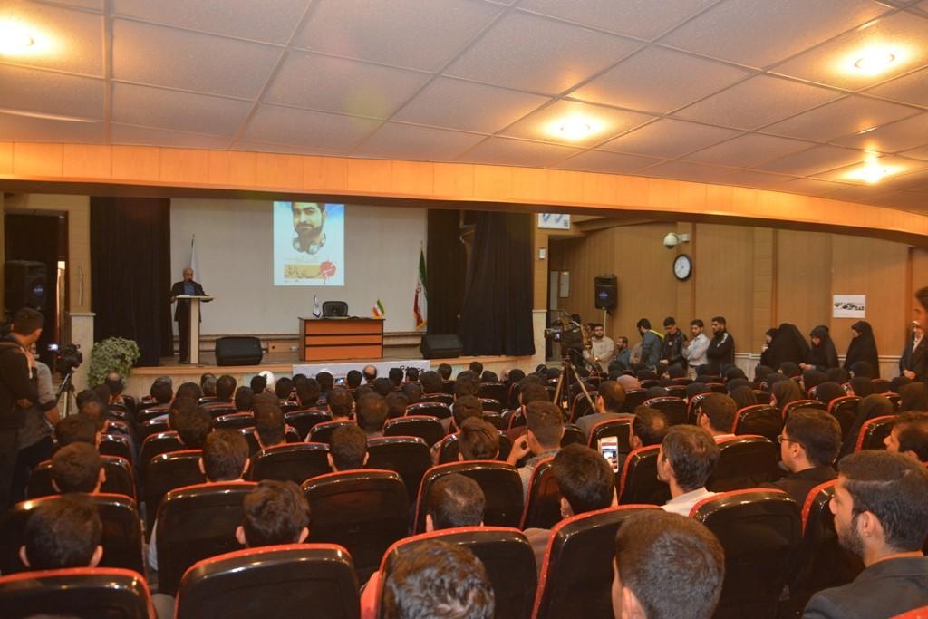 DSC 6435 نقل از عکسی؛ سخنرانی استاد حسن عباسی با موضوع مهندسی سیاسی و همچنین دار و همچنین دستهی نیویورکیها
