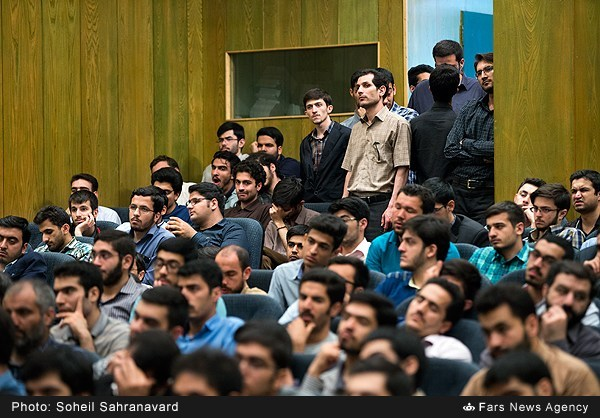 13950228163154962 نقل از عکسی؛ سخنرانی استاد حسن عباسی با موضوع من جوانی منتظرم، پس هستم!