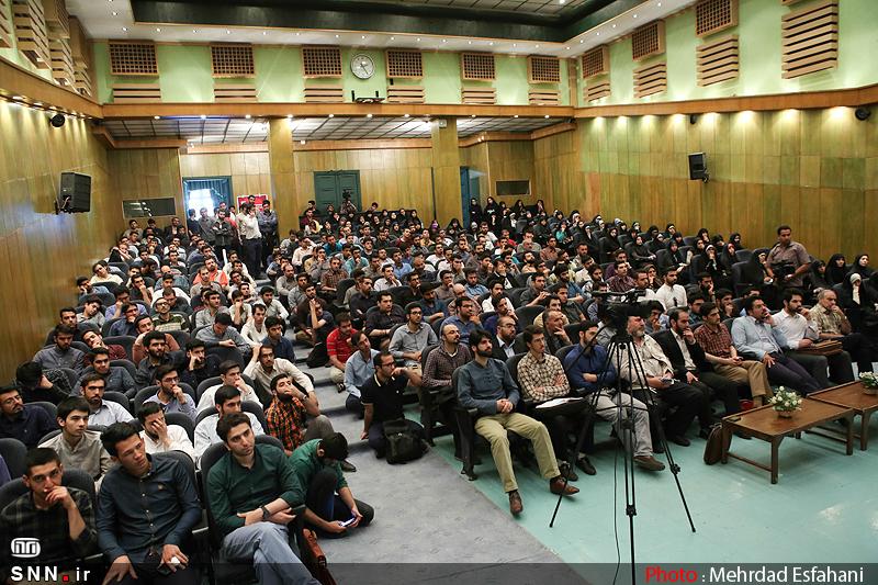 IMG21191527 نقل از عکسی؛ سخنرانی استاد حسن عباسی با موضوع من جوانی منتظرم، پس هستم!