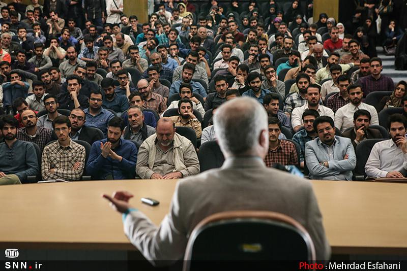 IMG21200043 نقل از عکسی؛ سخنرانی استاد حسن عباسی با موضوع من جوانی منتظرم، پس هستم!