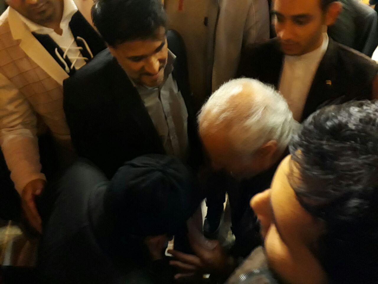 خوش و بش استاد حسن عباسی با یک پدر شهید پس از سخنرانی در شهر صحنه استان کرمانشاه
