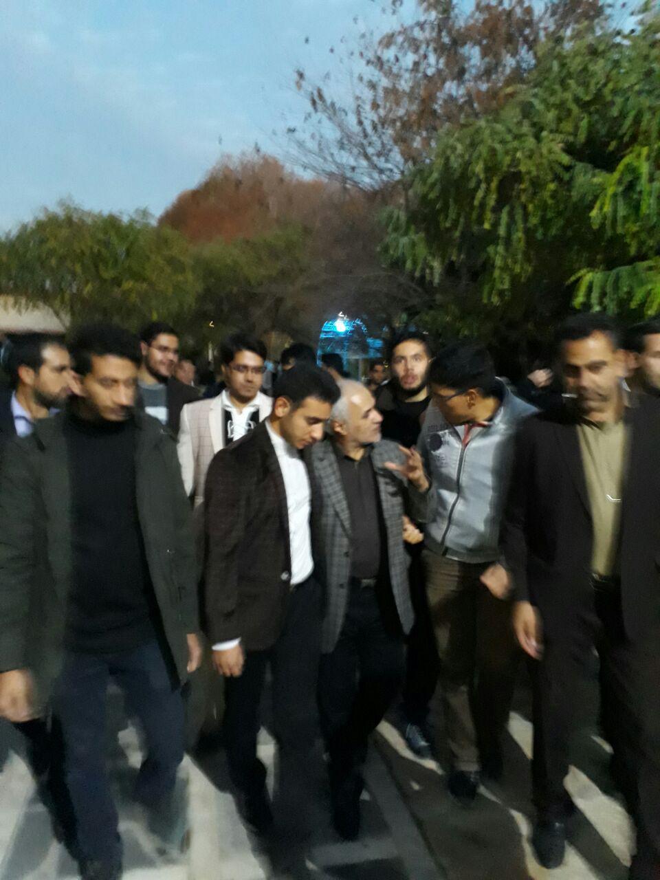 بدرقه استاد عباسی توسط اهالی شهر صحنه استان کرمانشاه پس از سخنرانی و سوال و جواب سرپایی