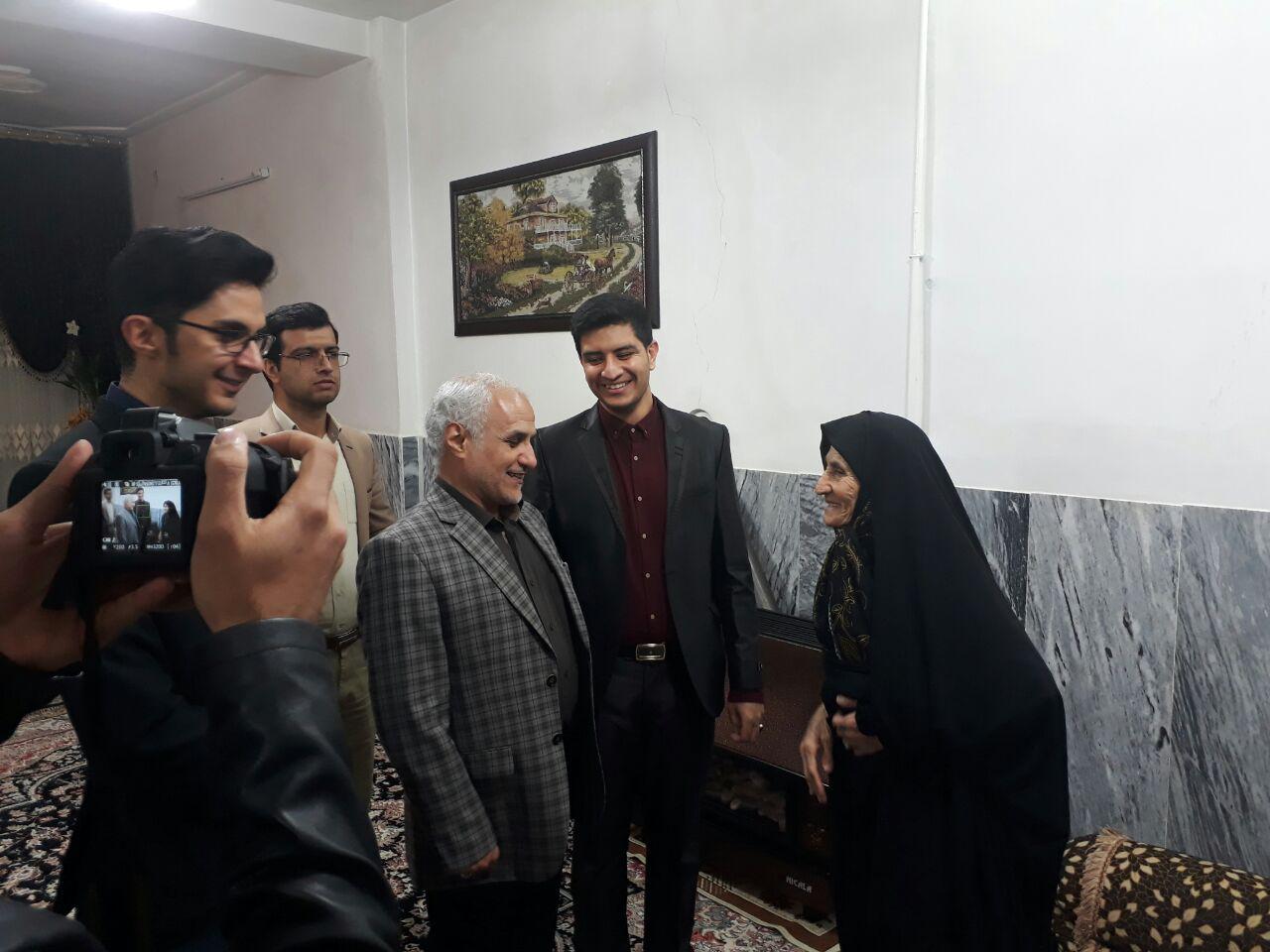 دیدار استاد عباسی با مادر شهید در شهر صحنه استان کرمانشاه