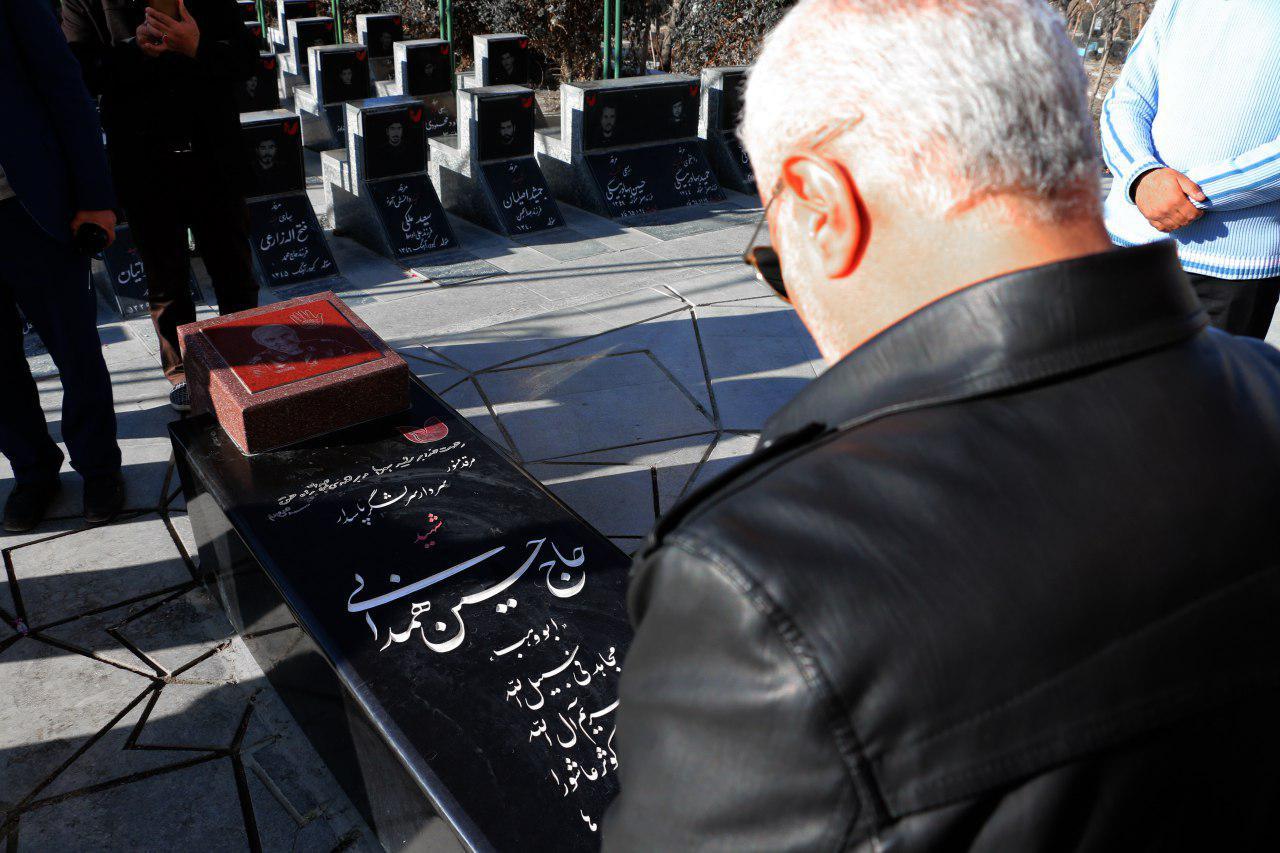 استاد حسن عباسی بر مزار شهید والامقام، سردار شهید حسین همدانی
