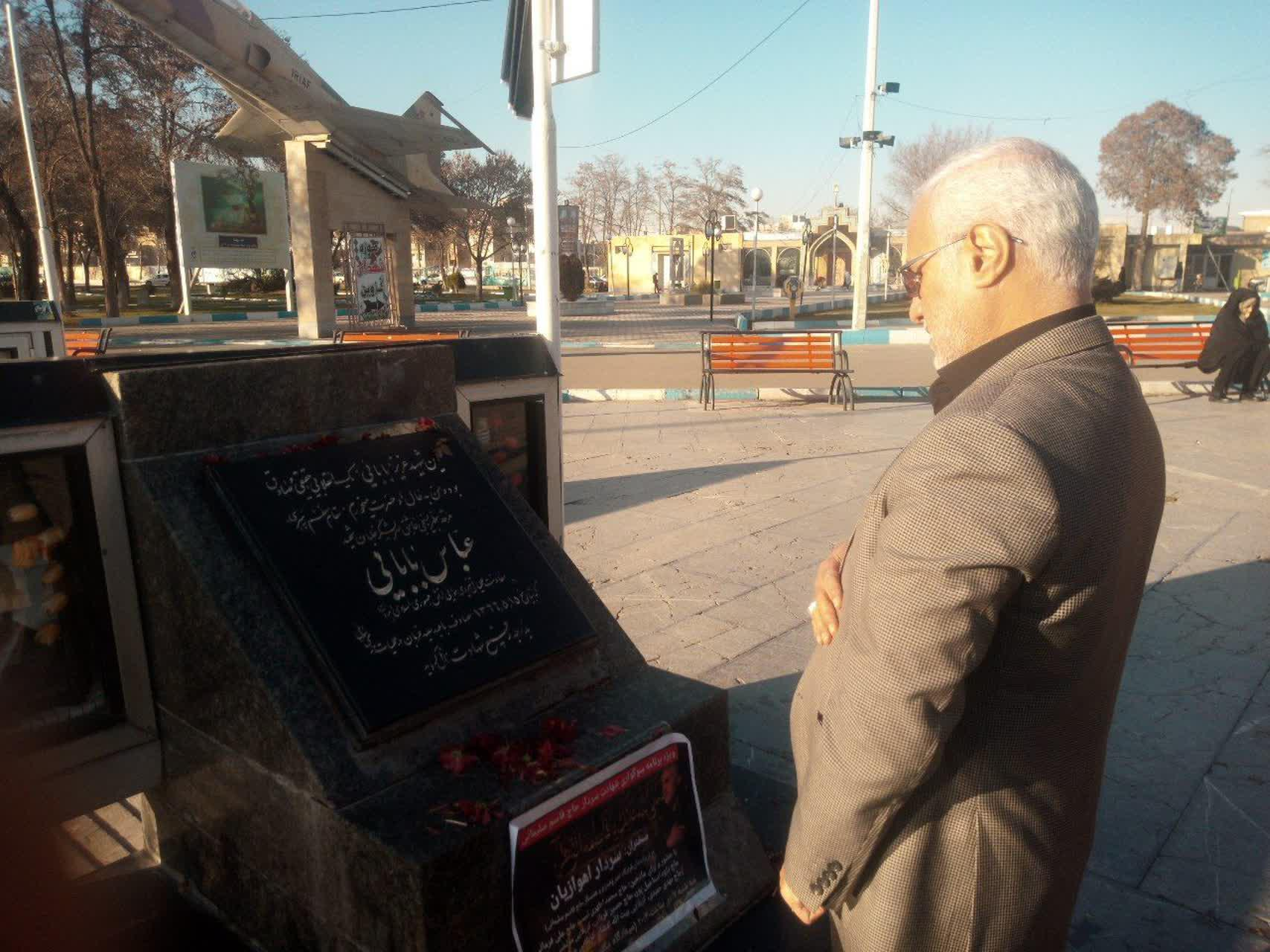 حضور استاد حسن عباسی در گلزار شهدای قزوین و زیارت مزار شهید عباس بابایی