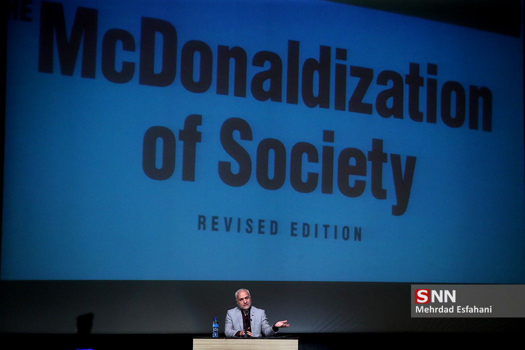 IMG 980215%20%281%29 نقل از تصویری؛ سخنرانی استاد حسن عباسی در مراسم رونمایی از مستند مکدونالدز تقدیم میکند
